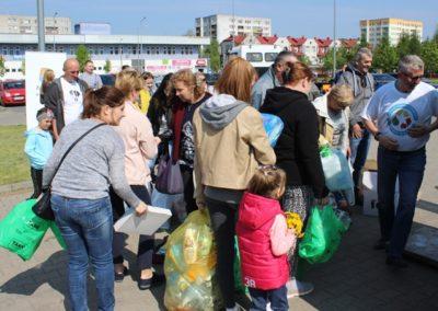 mieszkańcy oczekujący na oddanie odpadów w zamian za sadzonki kwiatów oraz drzewek
