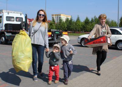 kobiety z dziećmi niosą plastiki do segregacji