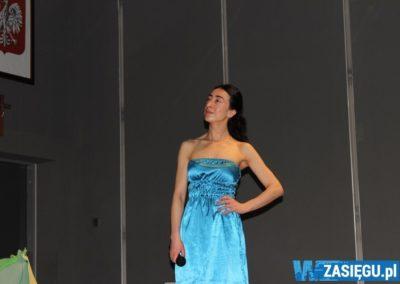 aktorka w niebieskiej sukience odgrywa rolę na scenie