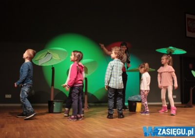 dzieciaki bawiące się na scenie