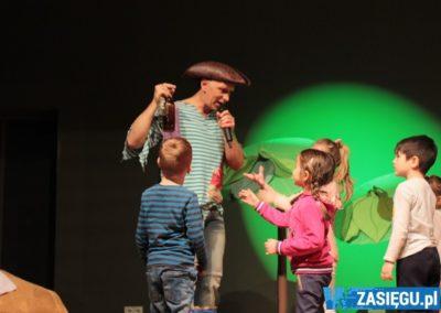dzieciaki rozmawiające z aktorem przebranym za pirata