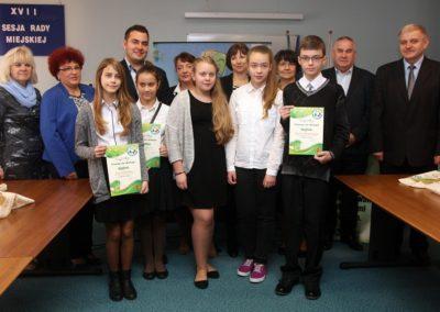 Laureaci oraz uczestnicy konkursu ekologicznego wraz z komisją na rozstrzygnięciu konkursu.