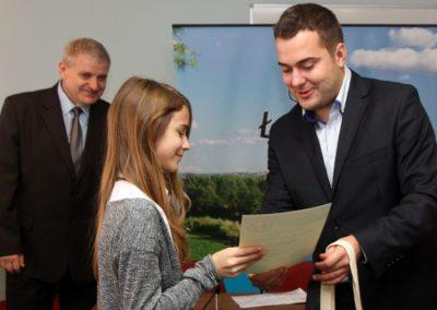 prezydent miasta wręcza wyróżnienie laureatce konkursu