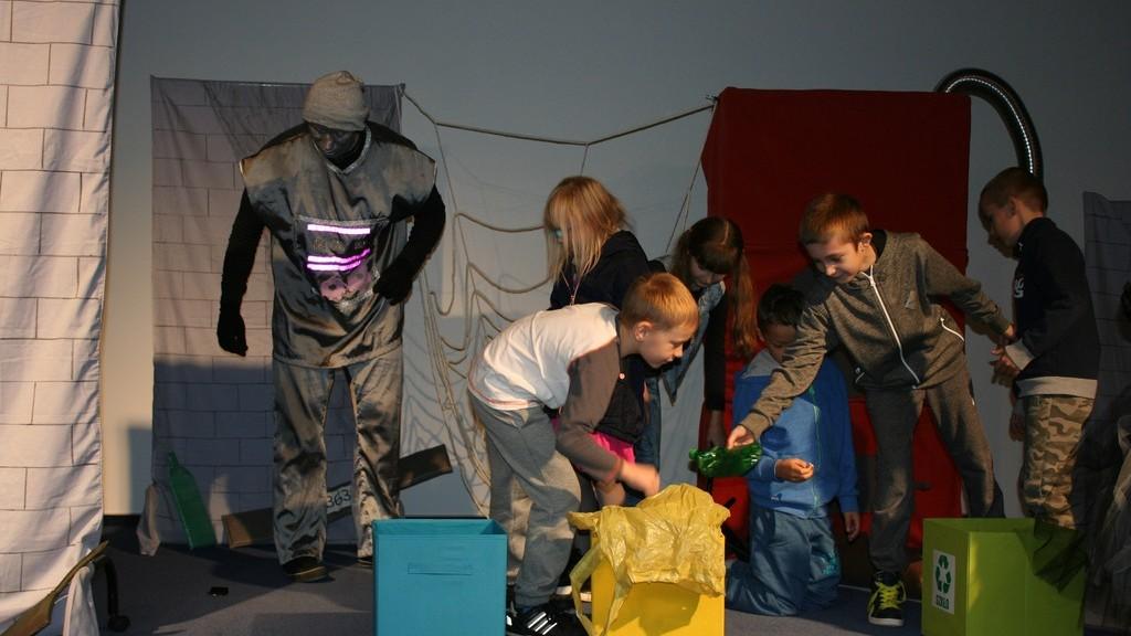 dzieciaki podczas zabawy sortują odpady
