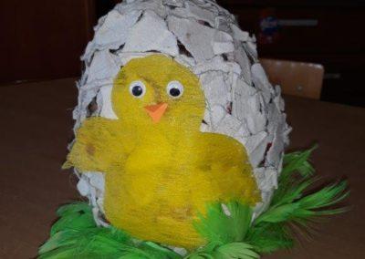 Zabawka z recyklingu przedstawiająca kurczaka