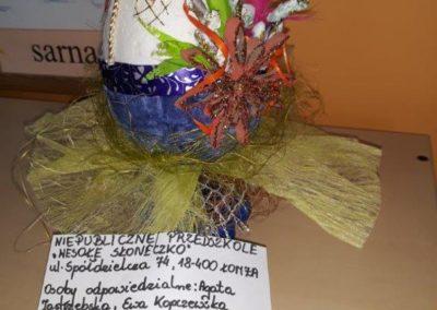 Zabawka z recyklingu przedstawiająca pisankę pokrytą baziami