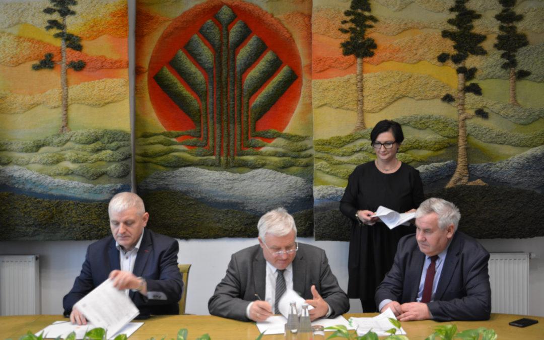 podpisanie dokumentów w sprawie dofinansowania modernizacji sortowni odpadów w Czartorii przez prezesa NFOSiGW oraz prezesa ZGO