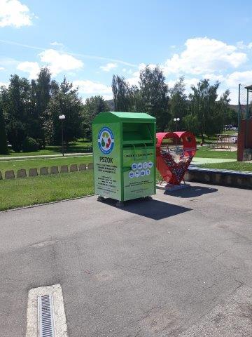 Kontener na drobny zużyty sprzęt elektryczny i elektroniczny zlokalizowany na skateparku