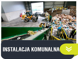 ładowarka przesypująca odpady w hali na składowisku w sortowni
