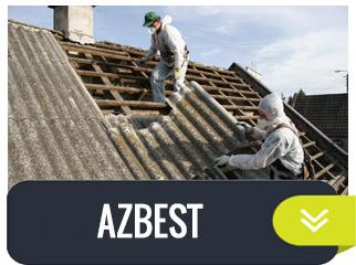pracownicy zdejmujący azbest z dachu