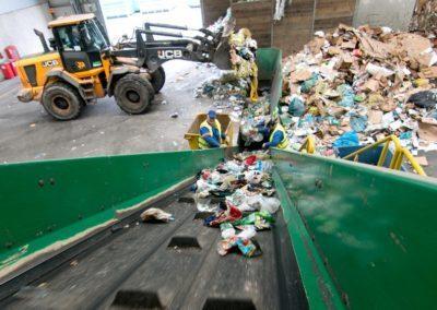 taśma przerzucająca odpady oraz ładowarka wysypująca odpady