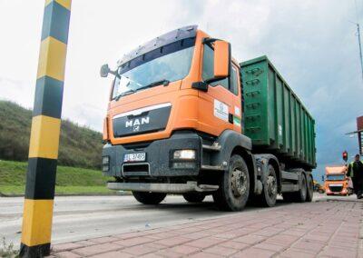 ważenie samochodu ciężarowego po wysypaniu odpadów