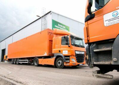 załadunek odpadów do specjalnych ciężarówek